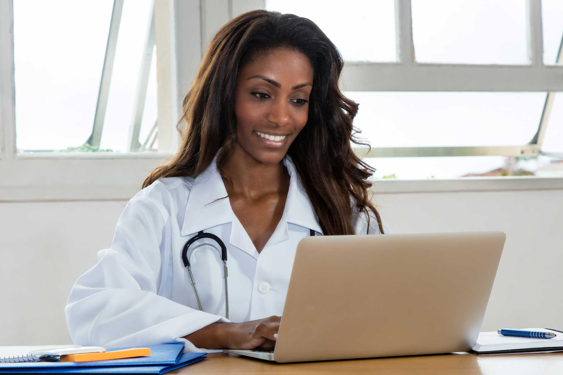 FNP using laptop to study using family nurse practitioner practice questions